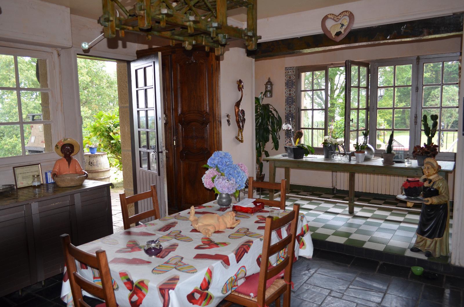 Immense cuisine donnant sur la terrasse