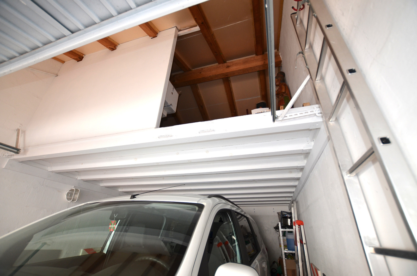 Garage privé et sa mézanine